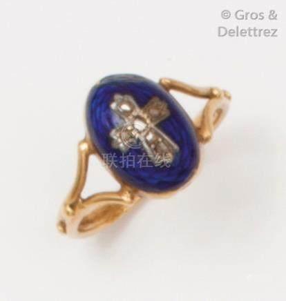 Bague en or jaune et émail bleu surmonté d'une croix pavée de diamants taillés