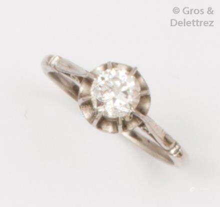 Bague solitaire en or gris ornée d'un diamant taillé en brillant pesant 0,50ca