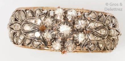 Bracelet jonc ouvrant en or jaune et argent ajouré à décor floral serti de diam