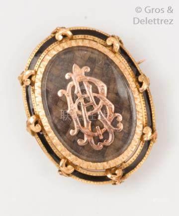 Broche «porte souvenir» ovale en or rose, or jaune et émail orné d'un chiffre