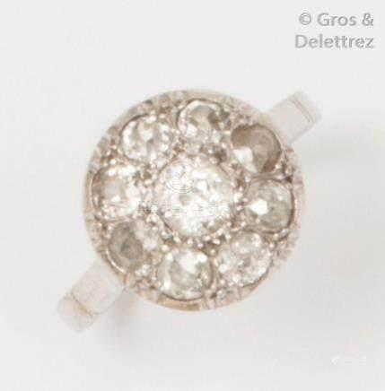 Bague en or gris ornée d'un diamant de taille ancienne dans un entourage de dia