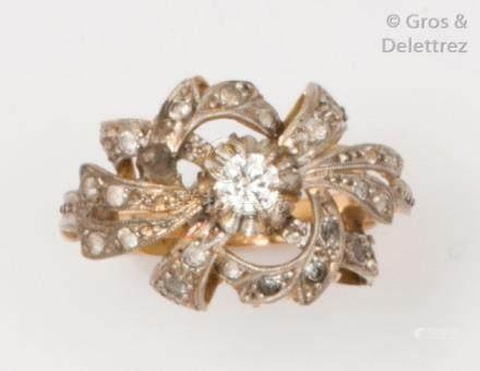 Bague en or gris et platine ornée au centre d'un diamant taillé en brillant dan
