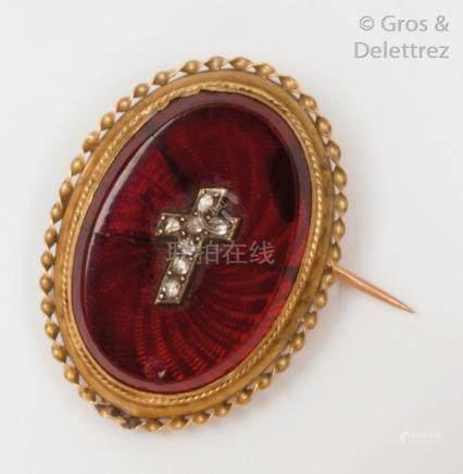 Broche en or jaune et argent ornée d'une plaque de verre rouge guilloché surmon