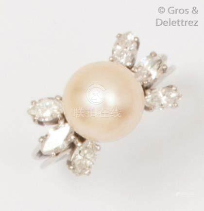 Bague en or gris ornée d'une perle de culture épaulée de six diamants navette.