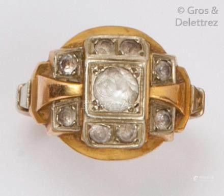 Bague géométrique en or jaune ornée de pierres blanches. Tour de doigt: 52. P.