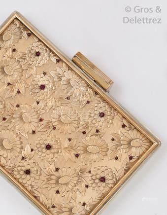 Minaudière en argent de forme rectangulaire à décor strié, le couvercle en verm