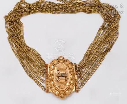 Collier ras de cou de sept rangs de chaînettes orné d'un motif central à décor
