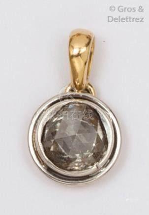 Pendentif en or jaune et or gris serti d'un diamant taillé en rose. P.1,9g.
