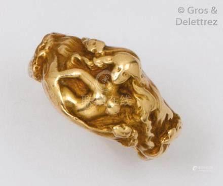 Bague en or jaune ornée d'un buste de femme en ronde bosse. Vers 1900. Tour de