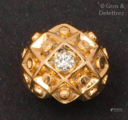 Bague «dôme» en or jaune composée d'un motif géométrique orné au centre d'un