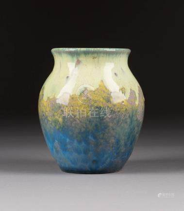 JUGENDSTILVASE  Wohl Frankreich, um 1900  Keramik, ockerfarbener Scherben, L ...