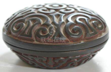 The circular domed cover carved with a central stylized flowerhead, surrounded by five?áruyi?áheads,