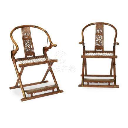 PAIR OF HORSESHOE BACK FOLDING CHAIRS20TH CENTURY each of mixed wood, with curved cross rail