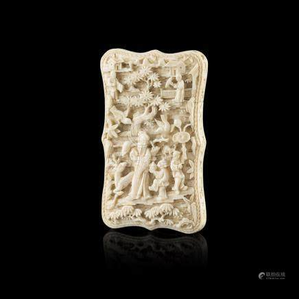 CANTON IVORY CARD CASEQING DYNASTY, 19TH CENTURY one side carved in high relief with Shoulao flanked