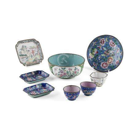COLLECTION OF CANTON ENAMEL ARTICLESQING DYNASTY, 18TH/19TH CENTURY comprising: a quatrefoil tray
