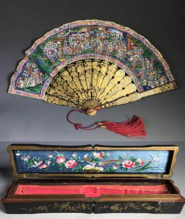 VERY UNIQUE CHINESE '1000 FACES' FAN IN LACQUERED BOX