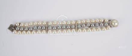Bracelet de trois rangs de perles et diamants fantaisie.
