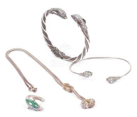 Lot en argent comprenant : un bracelet torsadé et une bague, ornés de têtes de
