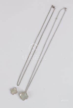Chaîne en or gris 18K (750) retenant un pendentif en or gris dessinant un trèfl