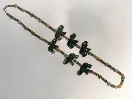 Collier de viroles de jaspe multicolore scandé de perles de jade et motifs élép