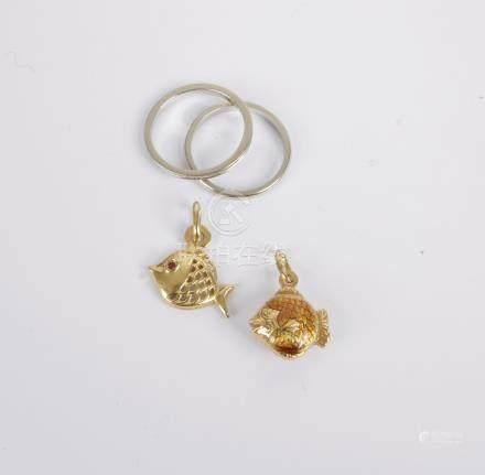 Lot de bijoux en or 18K (750) comprenant: deux pendentifs-poissons dont un émai