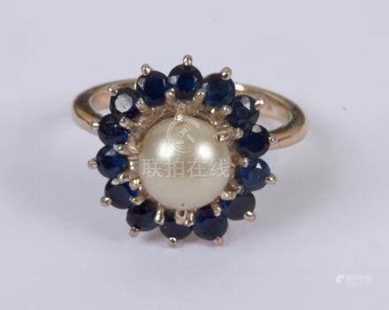 Bague en or gris 18K (750), ornée d'une perle bouton fantaisie entourée de pier