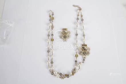 CHANEL. Demi-parure fantaisie agrémentée de perles de verre et de perles imitat