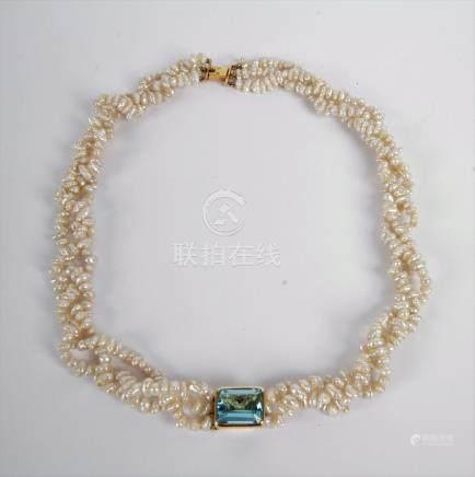 Collier de trois rangs de perles de culture, orné d'un motif en or 18K (750), o