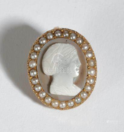 Boucle d'oreille en or 18K (750), ornée d'un camée sculpté d'une jeune fille de