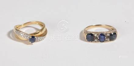 Lot de deux bijoux comprenant: une bague en or 18K (750), ornée d'un saphir ova