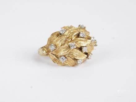 Bague en or 18K (750), ornée de feuillages piqués de diamants ronds. Tour de do