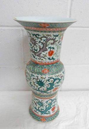 19TH CENTURY CHINESE FAMILLE VERTE VASE DECORATED WITH DRAGONS & FLOWERS - 45CM TALL