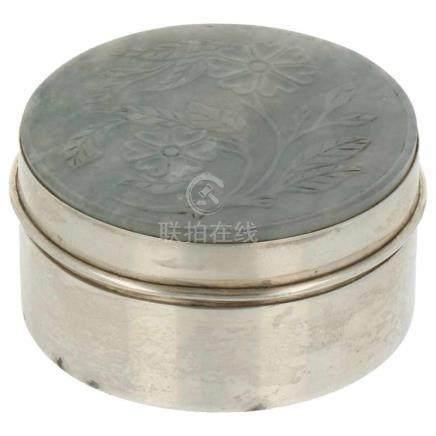 Zalfdoosje versierd met jade plaquette gegraveerd met bloemversieringen zilver.20e eeuw, keurtekens: