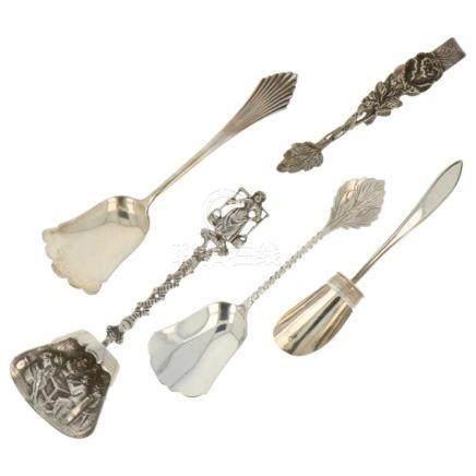 (5) Delig lot met suikerschepjes en suikerklontjes tang zilver.Nederland, keurtekens: diverse keuren