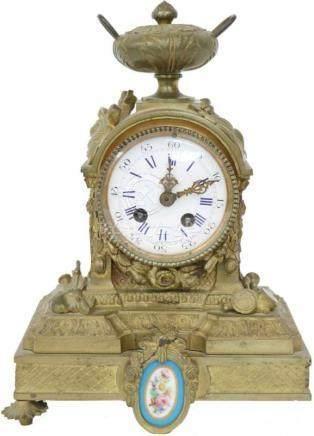Bronze Pendule.Met porseleinen plaquette. Frankrijk. eind 19e eeuw 1 pootje ontbreekt, niet getest