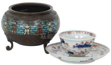 Wierookbrander en kop en schotel.Cloisonné en porselein. China / Japan. 19e eeuw.Incense burner with
