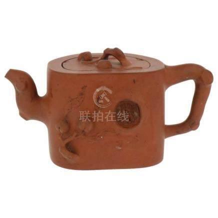 Yixing theepot.Terracotta. Gemerkt. China. 20e eeuw. 8,5 x 19 cm.Yixing teapot.Terracotta. Marked.