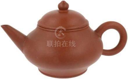 Yixing Theepot.Onderkant gemerkt met Chinees (gedicht). Wanneer een gast bij de koude nacht komt,