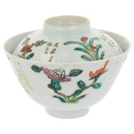 Dekselkom.Beschilderd met bloemen en Chinese tekens. China. Tongzhi. 19e eeuw. 10 x 5,5 cm.Lid