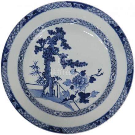 Schotel.Blauw decor van een boom en bloemen. China. Qianlong 18e eeuw Minimale randschade en chip