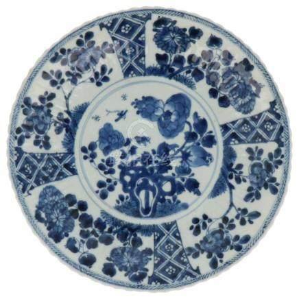 Groot bord.Blauw-wit decor van bloemen. China. Gemerkt met Lingzhi. Kangxi. begin 18e eeuw 1