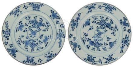 (2x) Schotels.Blauw-wit decor van bloemen. China. Qianlong. 18e eeuw 28 x 3 cm.(2x) Dishes.Blue-