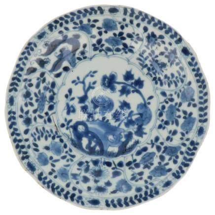 Bord.Blauw-wit decor van bloemen. China. Gemerkt met Lingzhi. Kangxi. begin 18e eeuw 2 haarlijnen en