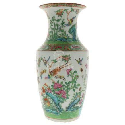 Vaas.Beschilderd met vlinders, vogels en bloemen. China. Kanton 19e eeuw heeft één grote chip 36,5 x