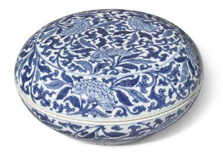 A CIRCULAR BLUE AND WHITE 'PEONY' BOX AND COVERKANGXI MARK AND PERIOD