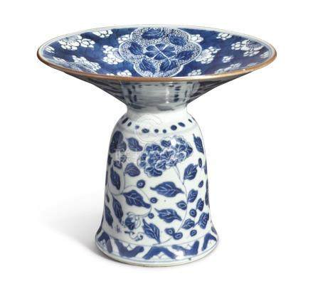A FINE AND RARE BLUE AND WHITE ZHADOUQing Dynasty, Kangxi Period