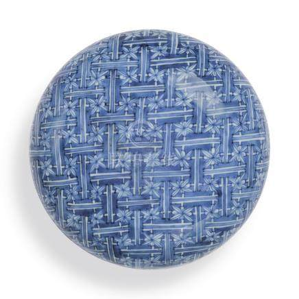 A LARGE BLUE AND WHITE CIRCULAR BOX AND COVERQing Dynasty, Kangxi Period