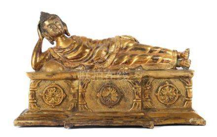 Buddha ParinirvanaNepal, 1. Hälfte 20. Jh., Bronze/vergoldet, Darstellung des Buddha Shakyamuni, auf