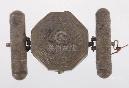 AmulettbehälterNepal/Himalaya, wohl 2. Hälfte 19. Jh., Silber, oktogonaler Behälter, scharniert,