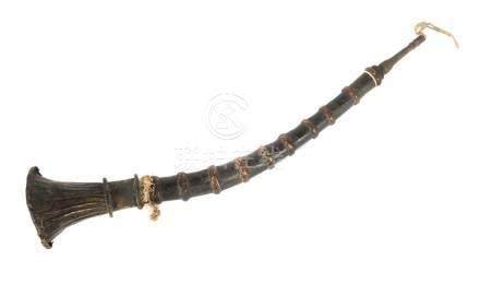 FlöteTibet/Nepal, 19./20. Jh., Holz/Metall, gebogene Flöte mit 9 Ton-Löchern, eingestecktesMundstück
